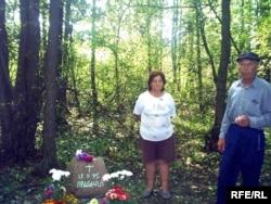 Родина Соловей біля пам'ятного знаку. Їхня дача – буквально за десяток метрів від цього місця, де впали американські повітроплавці