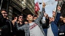 Демонстранты пытаются забросать яйцами Генеральное консульство РФ в Стамбуле