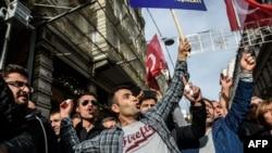 Демонстранти намагаються закидати яйцями генеральне консульство Росії у Стамбулі