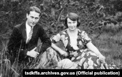 Олена Теліга з чоловіком Михайлом Телігою. Село Желязна Жондова (Польща), літо 1933 року