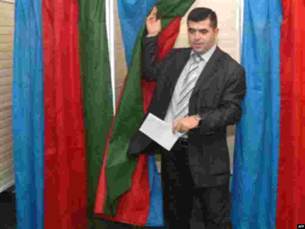 AZERBAIJAN, Baku : An Azeri man leaves a voting booth after casting his ballot in Baku on October 15, 2008. Ex-Soviet Azerbaijan voted in a presidential election with incumbent Ilham Aliyev all but certain to maintain his grip on power