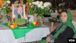 پروین فهیمی در کنار تصویر پسرش سهراب