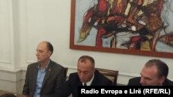 Liderët opozitarë Visar Ymeri, Ramush Haradinaj dhe Fatmir Limaj (nga e majta në të djathtë)