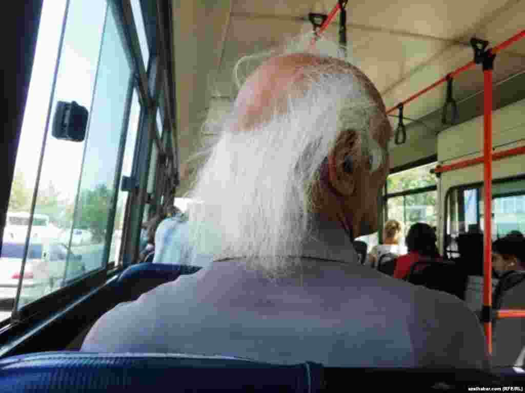 Aşgabadyň awtobuslarynyň birinde oturan ýaşuly adam