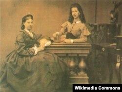 Tolstoyun xanımı Sofya Tolstaya (solda) və T.A.Bers