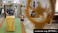 Парламент сайлауына дауыс беріп жатқан адам. Беларусь, 11 қыркүйек 2016 жыл.