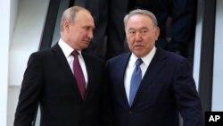 Қазақстан президенті Нұрсұлтан Назарбаев (оң жақта) пен Ресей президенті Владимир Путин Сочиде. 14 мамыр 2018 жыл.