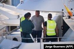 Испанские жандармы проверяют документы одного из россиян, приплывшего в Марбелью из Гибралтара на своей яхте. Апрель 2018 года