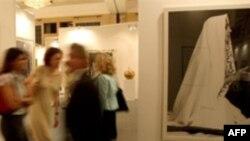 یکی از آثار شیرین نشاط از مجموعه «زنان الله» که سال ۲۰۰۸ در نمایشگاه آثار هنری دبی به نمایش در آمد.