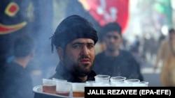 هرات کې یو افغان په محرم کې د چای ورکولو په خدمت بوخت دی. ۲۰۱۹ز کال، ۱۰م سېپټېمبر