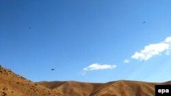 Военные вертолеты над горами в провинции Хаккари, Турция.