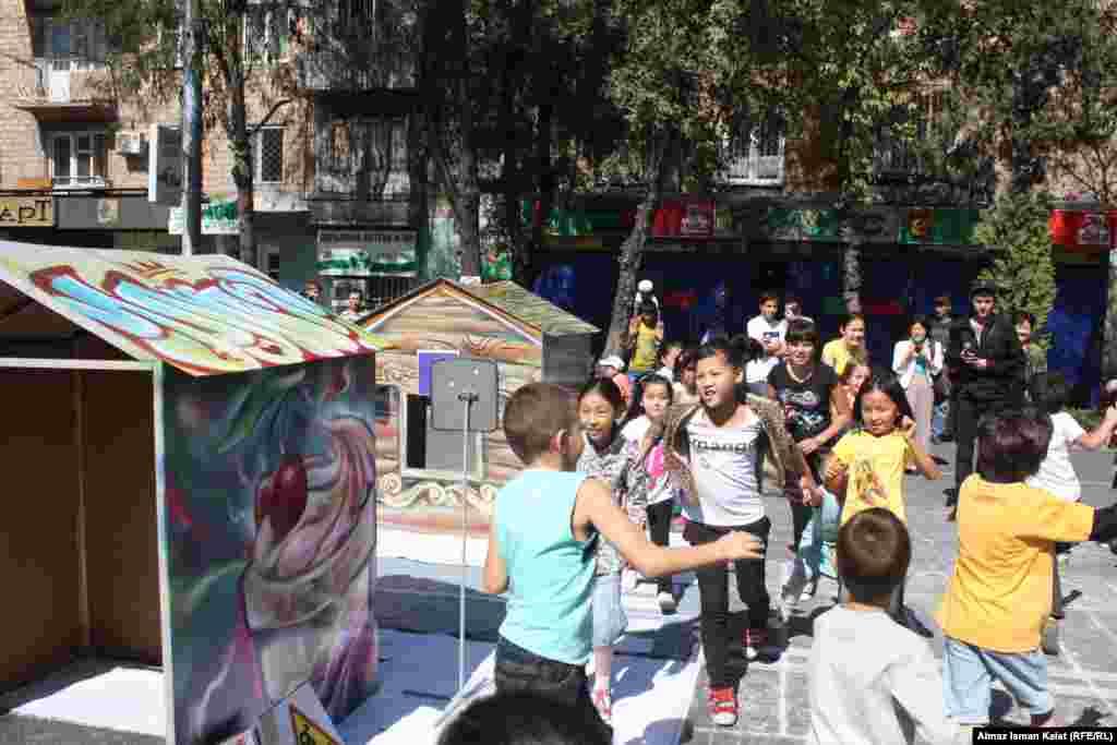 Дети с удовольствием играли в игрушечном городке