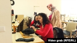 Azemine Kukaj-Kajoshi shikon punëtoret e saj në fabrikën e këpucëve në Drenas