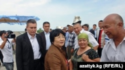 Роза Ўтунбаева 30 июл куни Боткенга ҳам борди.