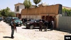 Ауғанстан қауіпсіздік күштері германиялық GIZ халықаралық ынтымақтастық агенттігінің Кабулдағы кеңсесін күзетіп тұр. Ауғанстан, 17 тамыз 2015 жыл.