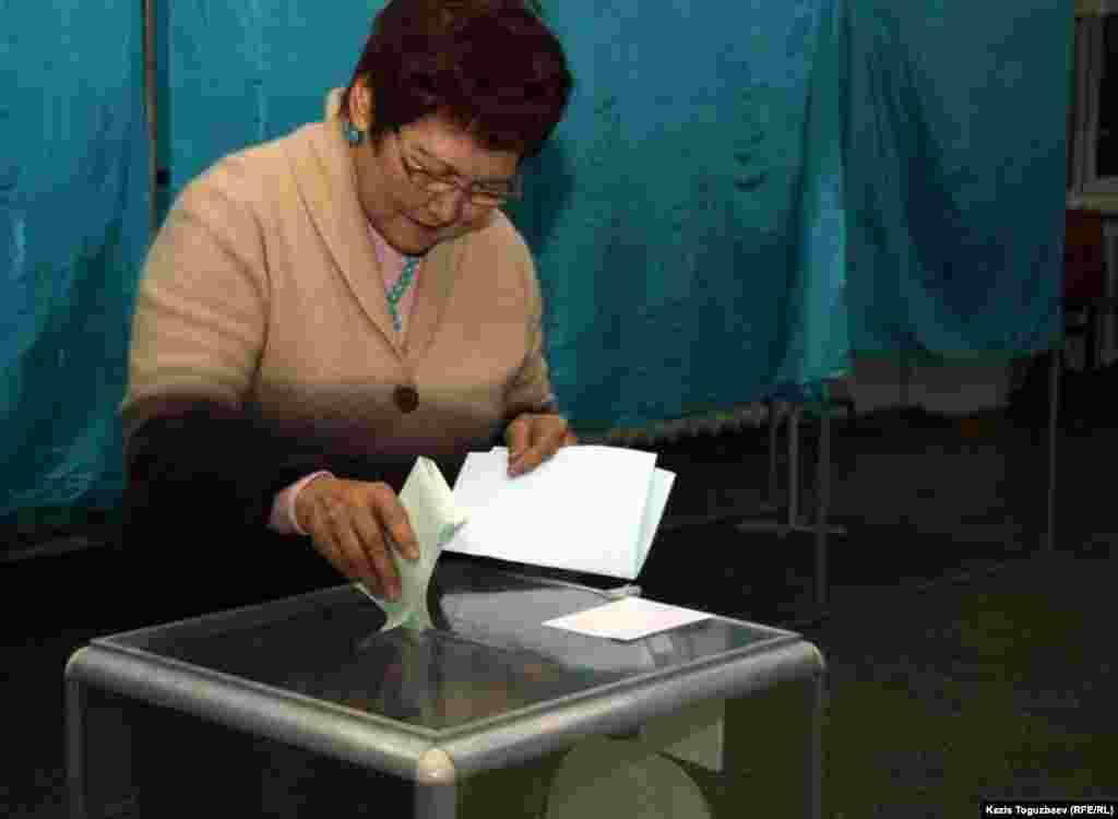 Голосование на избираельном участке, Алматы.