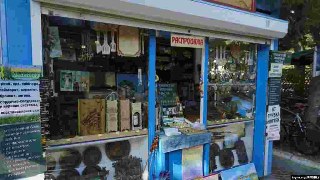 Сувенірні крамниці не здають позицій у боротьбі за туристів, що залишилися