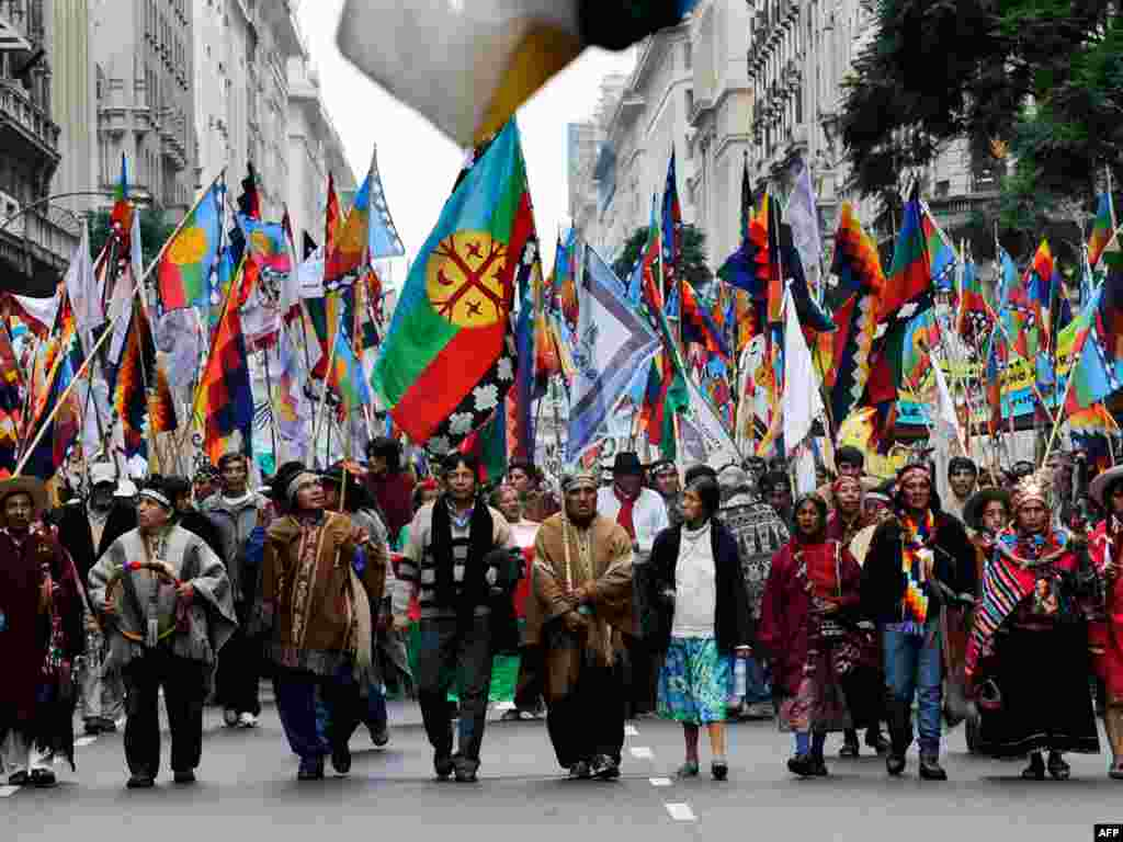 Аргентына, Буэнас Айрэс: дэманстрацыя карэнных жыхароў Амэрыкі з нагоды 200-ай гадавіны незалежнасьці краіны і як напамін пра неабходнасьць паважаць правы яе карэнных жыхароў.