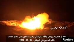 """Йеменден Саудияны карай баллистикалдык ракетанын атылышы катары сыпатталган учурду хуситтерге жан тарткан """"ал-Мусира"""" телеканалы көргөзгөн. 4-ноябрь, 2017-жыл."""