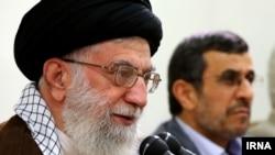 آیتالله علی خامنهای (چپ) در دیماه محمود احمدینژاد را متهم کرده بود که «کار دشمن را در داخل» کشور انجام میدهد.
