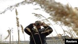 Rumunski graničar proverava granicu sa Moldavijom