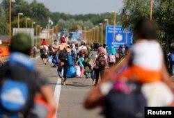 Хорватияга өтө албаган мигранттар Сербияга кайтып баратышат. Хорватиянын Батина кыштагы. 18-сентябрь 2015.