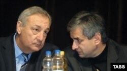 """Январь 2005 года. Сергей Багапш (слева) и Рауль Хаджимба """"играли"""" тогда в одной команде"""