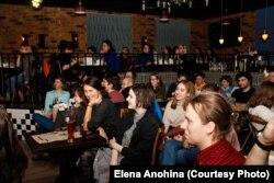 Зрители на одном из выступлений в рамках фем-стендапа. Фото: Елена Анохина