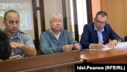 Роберт Мусин (в центре) в суде