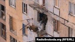 Пошкоджений від обстрілів будинок в Авдіївці