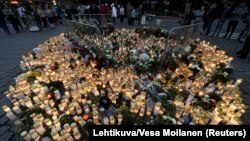 Імпровізований меморіал на місці нападу на центральній Ринковій площі Турку, фото 19 серпня 2017 року