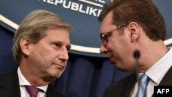 Єврокомісар із переговорів щодо розширення та сусідства Йоганнес Ган розмовляє з прем'єр-міністром Сербії Александаром Вучичем. Белград. 20 листопада 2014 року