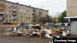 Неубранный мусор на контейнерных площадках в Жезказгане. Фото прислал гражданский активист Берик Жагипаров. 9 августа 2013 года.