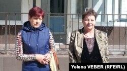 Жители села Кокпекты Людмила Лепихова и Валентина Вершаловская у здания суда, где рассматриваются их иски о возмещении ущерба. Караганда, 25 мая 2017 года.