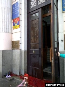 Уваход Украінскага інстытуту нацыянальнай памяці невядомыя залілі крывёю і закідалі вантробамі жывёл