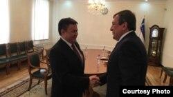 Мэр Ташкента Рахмонбек Усманов (справа) и посол Кыргызстана в Узбекистане Данияр Сыдыков. Ташкент, 11 января 2017 года. Фото с сайта МИД Кыргызстана.