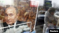 Оьрсийчоь -- Зуда хIуманаш оьцуш ю Москох Путин Владимиран сурт хьалхарчу агIонна тIехь долу журнал коре хIоттийначу киоскехь,05Заз2012