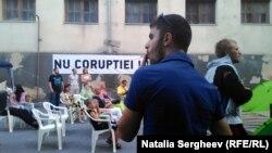Protest împotriva scumpirii curentului electric în fața locuinței de la Chișinău a omului de afaceri și politicianului Vladimir Plaotniuc, 27 iulie 2015