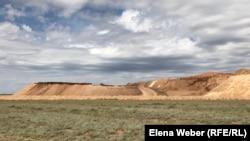 Ескі Жәйрем кенті маңындағы қазылған кен орны. Қарағанды облысы. 20 мамыр 2019 жыл.