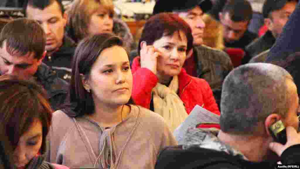 Киров районындагы мәдәният сараенда янгыннан зыян күрүчеләр түрәләр белән очрашты