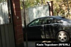 Машина въезжает на территорию сборного пункта призывников. Алматы, 3 октября 2012 года.