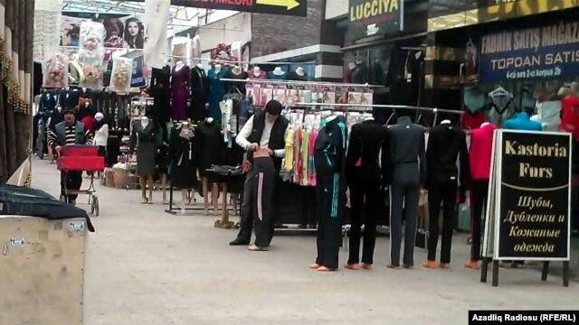 Manat ucuzlaşdı - Binə bazarında satıcılar işi dayandırdı