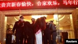 """Массированная полицейская облава в подпольных борделях в китайском городе Дунгуань в провинции Гуандун, считающемся """"столицей развлечений"""""""