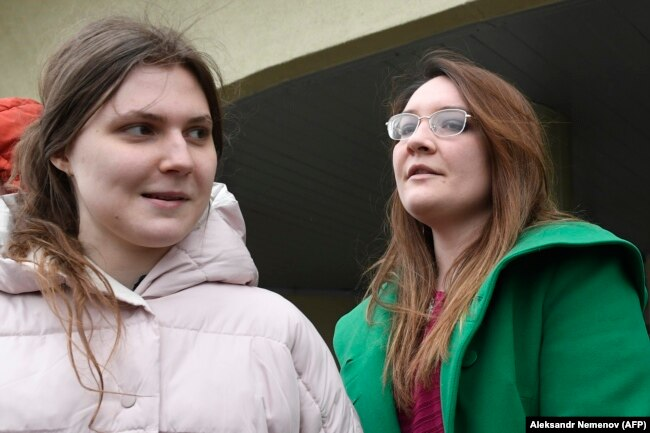 Анна Павликова и Мария Дубовик у здания суда