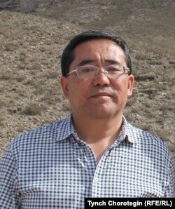 Профессор Мамбеттурду Мамбетакун у села Тегирмети к востоку от г. Артыш, СУАР, КНР. 14.7.2014.