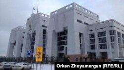 У здания суда казахстанской столицы.