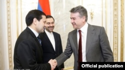 Armenia - Prime Minister Karen Karapetian meets with Ambassadors Seyyed Kazem Sajjad (C) of Iran and Muhammetniyaz Mashalov (L) of Turkmenistan in Yerevan, 9Jan2016.