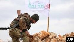 Сирийский повстанец обустраивает наблюдательный пункт у деревни Килах на границе с регионом Африн, 21 января 2018