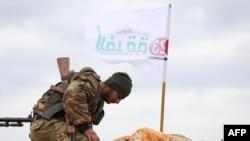 Сирийский боец, поддерживаемый Турцией, возле КПП в районе деревни Кила