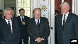 Președinții Leonid Kravciuk (stânga), Stanislau Șușkevici (centru) și Boris Ielțîn (dreapta, la Belovejskaia Pușcea, 8 decembrie 1991